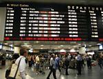 Painel em estação de trem em Nova York mostra lista de atrasos e cancelamentos; problema com energia forçou empresas a pararem os trens