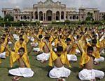 Estudantes fazem ritual durante o festival Raksha Bandhan, em Ahmadabad, na Índia