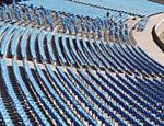 Trabalhadores removem cadeiras no primeiro dia da reconstrução do Maracanã, no Rio, estádio será usado na Copa-2014