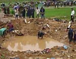 Policiais e voluntários realizam buscas no local onde um avião caiu logo depois de decolar de Katmandu; seis morreram <a href=