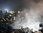 Bombeiros trabalham onde um avião se acidentou, próximo ao aeroporto de Yichu (China); ao menos 42 pessoas morreram <a href=