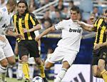 O português Cristiano Ronaldo (centro) tenta realizar jogada durante partida do torneio de Santiago Bernabéu contra o Peñarol (Uruguai)