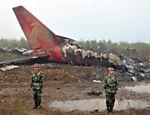 Destroços do avião fabricado pela Embraer que colidiu nesta terça-feira em Yichu, na China; ao menos 42 morreram <a href=