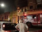 Incêndio em pensão na rua Barra Funda no início da madrugada desta quarta-feira (25)