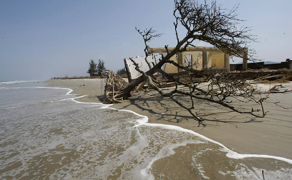 Mar invade casas em Ilha Comprida