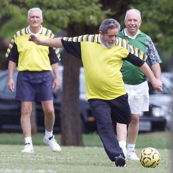 O presidente Luiz Inácio Lula da Silva e seu vice, José Alencar (à dir., de verde), jogam futebol com ministros, militares e congressistas, no Palácio do Jaburu, em Brasília (DF)