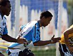 Ronaldinho Gaúcho (centro) faz exercícios durante o treino do Grêmio no estádio Olímpico em Porto Alegre, em 2000