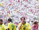 Após ser expulso contra os Estados Unidos na Copa do Mundo de 1994, Leonardo coloca a mão no rosto <a href=