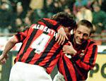 Leonardo abraça Demetrio Albertini após gol pela Copa da Itália <a href=