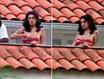 Amy Winehouse deixa seios à mostra em sacada de hotel no Rio <a href=