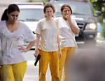 Mariana Ximenes grava cena de fuga com uniforme de presidiária em