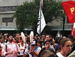 Jovens protestam contra aumento da tarifa do ônibus em São Paulo. Manifestação terminou em confronto com a polícia