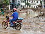 Homem passa de moto por área afetada por chuvas em Nova Friburgo Leia Mais