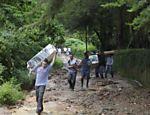 Moradores de Teresópolis carregam pertences que não foram levados pelas chuvas Leia Mais