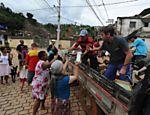 Voluntários distribuem caixas de leite para moradores de Nova Friburgo Leia Mais