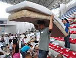 Colchões são levados para abrigo montado em Teresópolis para desalojados Leia Mais