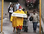 Coveiro carrega caixão de criança morta no deslizamento de terra em Teresópolis Leia Mais