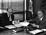 O presidente José Sarney durante audiência com Olavo Setúbal, ministro das Relações Exteriores, em 1985