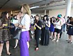 Visitantes fazem fila para assistir ao desfile da grife Do Estilista no quarto dia da SPFW <a href=