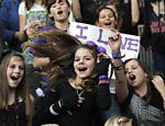 Fãs cantam música de Justin Bieber enquanto esperam pelo ídolo