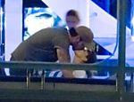 Eva Longoria é vista aos beijos com irmão caçula de Penélope Cruz <a href=