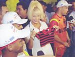 Xuxa, ao lado de Ronaldinho e Romário, segura camiseta do Flamengo, que ganhou dos jogadores quando estava grávida de Sasha em 1998