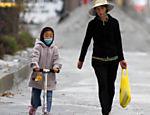 Moradores caminham por Christchurch, na Nova Zelândia, após destruição provocada por terremoto no mês passado