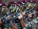Membros das forças de defesa da Malásia ensaiam para o 78º Desfile do Dia do Exército, em Kuala Lampur