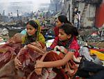 Rubina Ali (dir.), a Latika jovem do filme 'Quem Quer ser um Milionário?', vê destruição causada pelo fogo em favela onde mora, em Mumbai, na Índia <a href=
