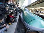 A apresentação do trem de alta velocidade Hayabusa (e seu longo 'nariz') atrai a atenção em estação em Tóquio, no Japão
