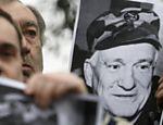 Bósnios seguram fotos do general aposentado sérvio Jovan Divjak, preso nesta semana por desertar na Sérvia <a href=