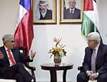 O presidente da Autoridade Nacional Palestina, Mahmoud Abbas (dir.), conversa com o presidente do Chile, Sebastián Piñera, após entrevista coletiva em Ramallah, na Cisjordânia