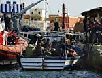 Com o fim das tempestades na região, moradores do norte de África chegam a uma ilha italiana, ao sul de Lampedusa; centenas de imigrantes fogem da região para a Itália na tentativa de escapar da crise