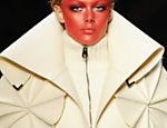 Modelo desfila criação dos estilistas holandenses Viktor and Rolf, em Paris