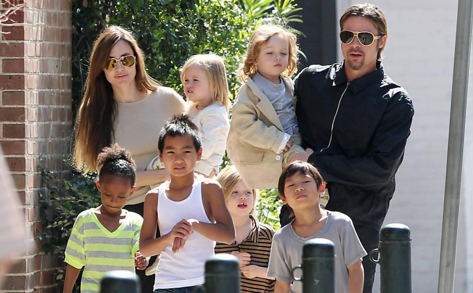 Angelina Jolie e Brad Pitt passeiam com os filhos