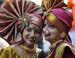 Garotas indianas se vestem com roupas típicas para festejar o Gudi Padwa (chegada do ano novo hindu), em Mumbai