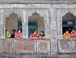 Indianos se vestem com roupas típicas para festejar o Gudi Padwa (chegada do ano novo hindu), em Mumbai