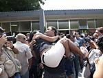 Familiar da estudante Luisa Paula de Silveira Machado, morta durante ataque de ex-aluno armado <a href=