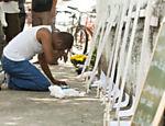 Alexandre de Souza, 42, morador de Realengo, presta homenagem às vitimas <a href=