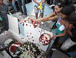 Parentes e amigos no enterro de Géssica Guedes Pereira <a href=
