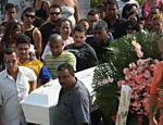 Amigos e parentes acompanham enterro de Bianca Rocha <a href=