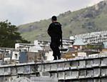 Policial acompanha enterro de vítima do atirador de Realengo <a href=