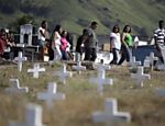 Amigos e parentes de Bianca Rocha, uma das 12 vítimas, acompanham enterro <a href=