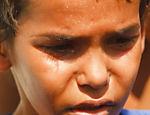Eduardo Moraes de Souza,8, irmão de uma das vítimas de Realengo se emociona em frente a escola