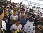 Pessoas participam de missa em homenagem aos 12 estudantes mortos durante massacre em escola do Rio de Janeiro <a href=