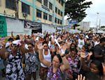 Pessoas prestam homenagem às vítimas do massacre na escola municipal em Realengo, no Rio <a href=