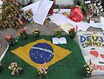 Flores e mensagens são deixadas frente à escola Tasso de Silveira, na zona oeste do Rio, em memória às vítimas do massacre <a href=