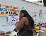 Mulher chega para a missa em homenagem aos 12 estudantes mortos durante massacre em escola do Rio de Janeiro <a href=