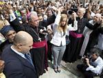 Cardeal arcebispo do Rio, Dom Orani Tempesta, faz abraço simbólico durante missa com familiares e amigos dos estudantes mortos <a href=