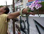 Homem usa cruz em ato ecumênico que lembrou a morte de 12 alunos pelo ex-estudante Wellington Oliveira <a href=